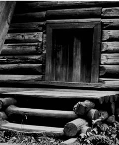 Рис. 12а. Дверь икрыльцо северо-западной угловой башни Братского острога. По: Крадин Н.П. Русское деревянное оборонное зодчество. М., 1988, рис.130.